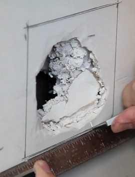 Замазать дырки в стене