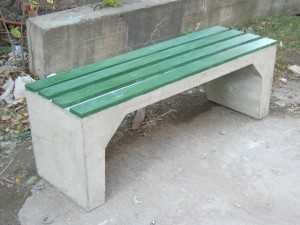 betonnye-skamejki_2 Варианты столов и скамеек для дачи. Скамейка из бетонных плит и досок со спинкой. Скамейка для дачи: инструкция для изготовления